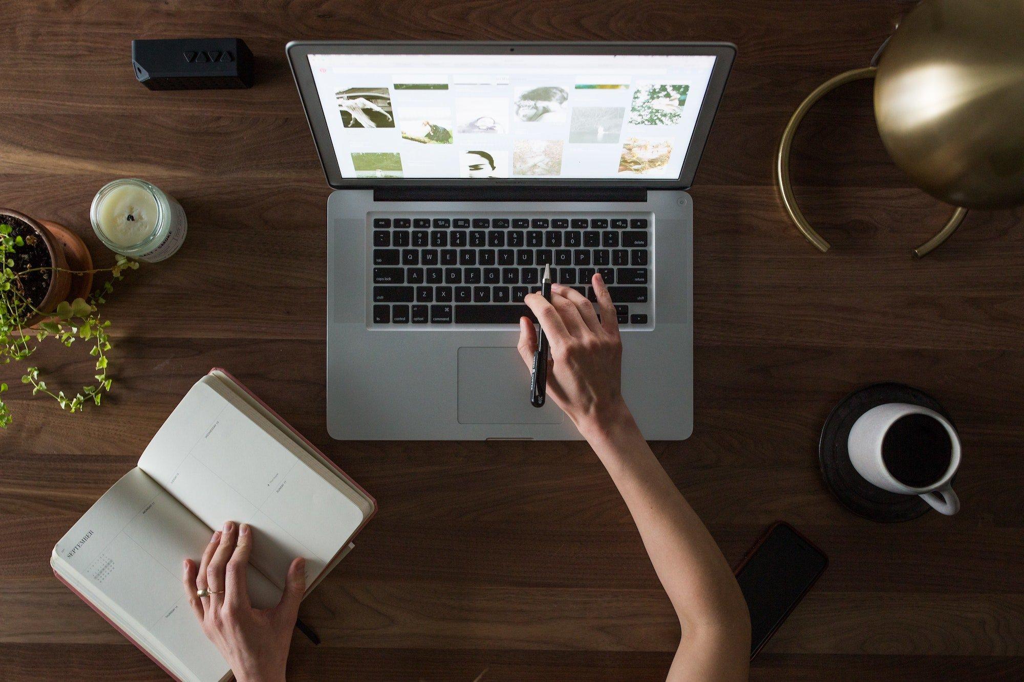 computer-desk-hand-laptop-374631